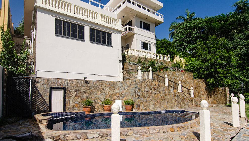 A Villa Gail - King Studio overlooking pool