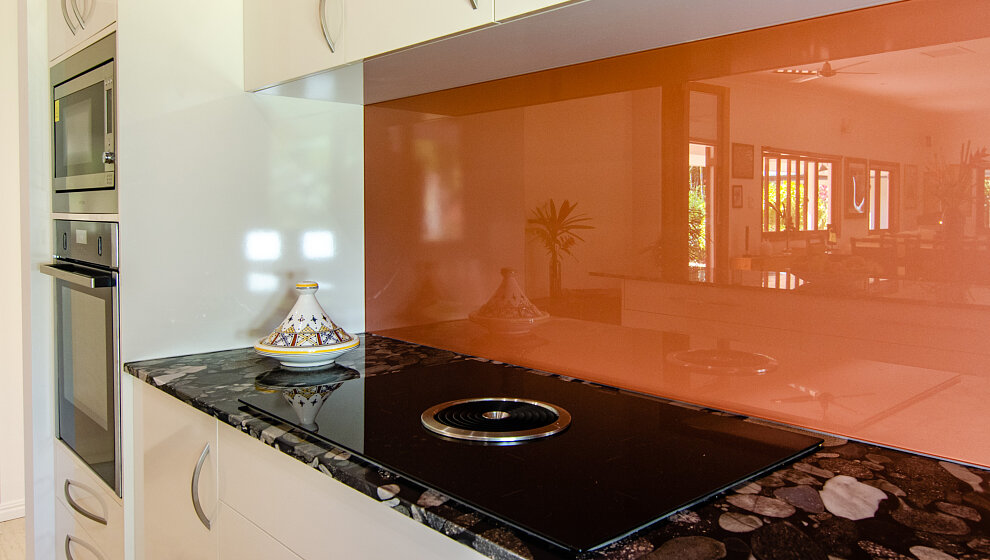 Induction cooking hob with surface extraction fan