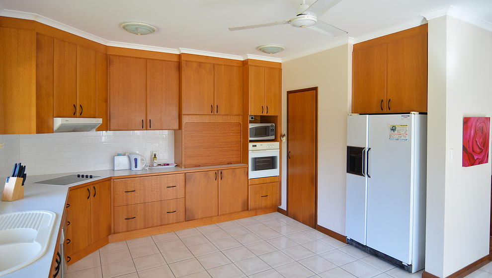 Kewarra Beachfront House - Large kitchen & breakfast table