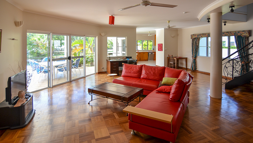 Kewarra Beachfront House - living room & pool patio