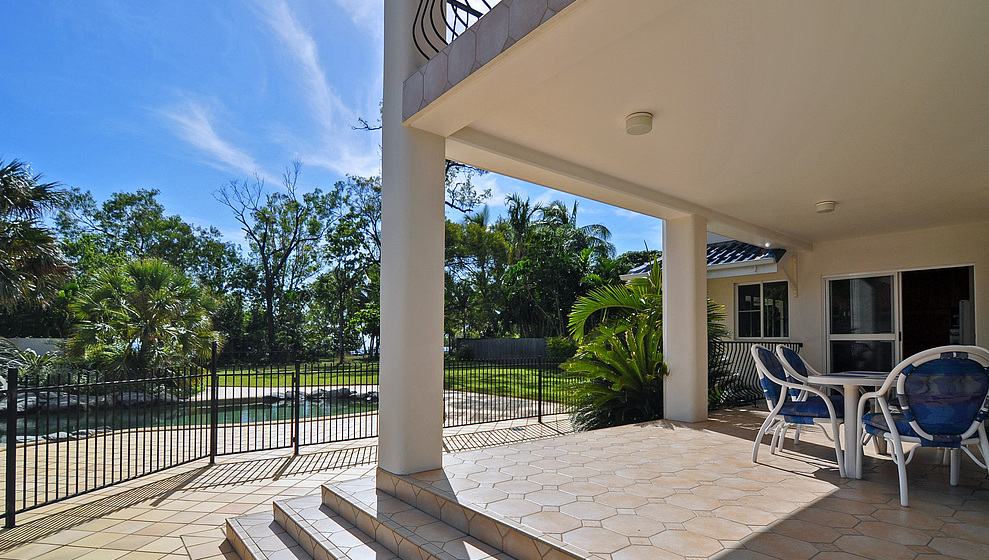 Kewarra Beachfront House - Kitchen & pool patio