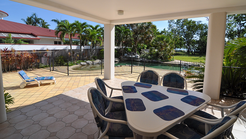 Kewarra Beachfront House - seating for 6