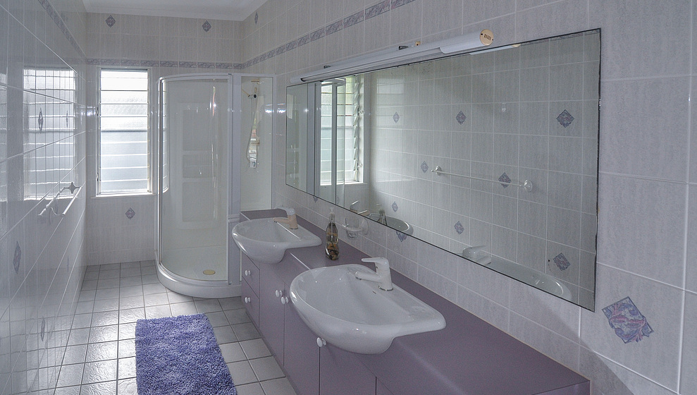 Kewarra Beachfront House - Bathroom next to king bedroom