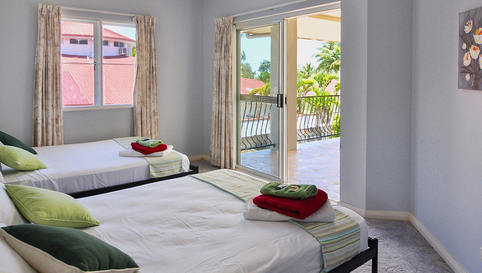 Kewarra Beachfront House - twin bedroom 3 with door to upstairs verandah