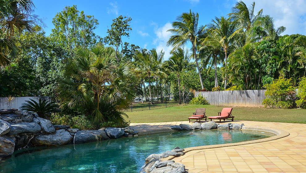 Kewarra Beachfront House - pool sunloungers