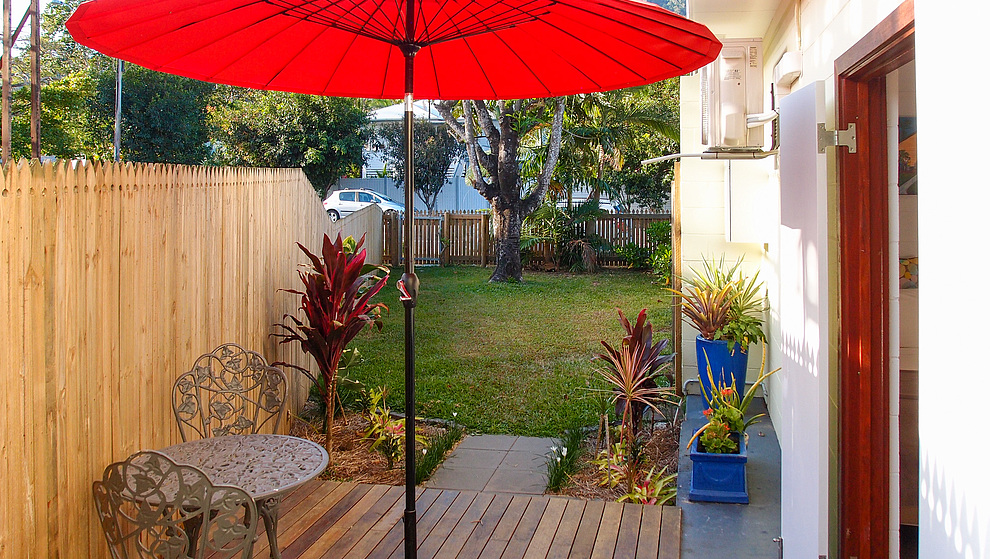 Pandanus - Breadfruit Studio deck & fenced garden for keeping a dog