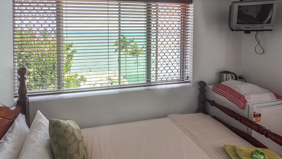 A Villa Gail - Twin bedroom, TV & fridge