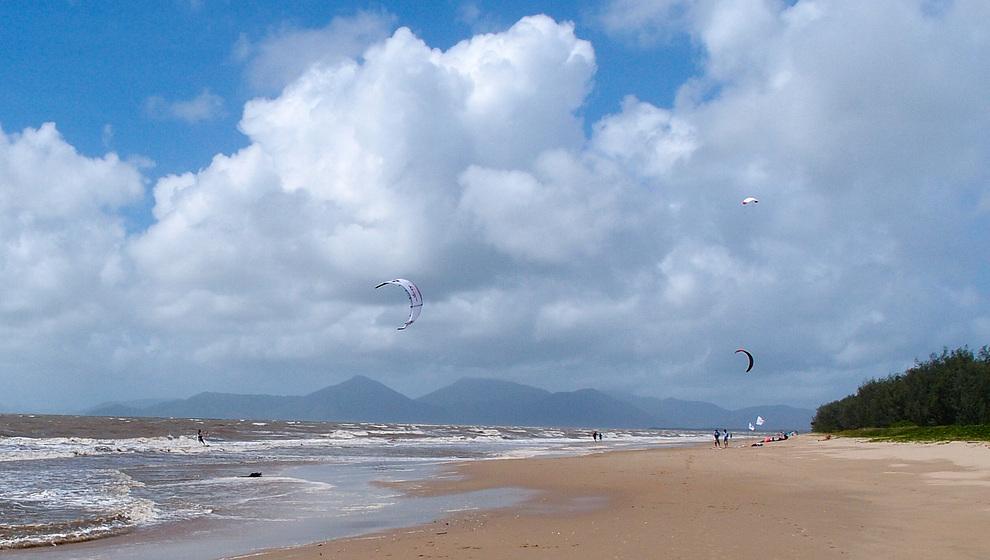 Yorkeys Knob kite-surfers