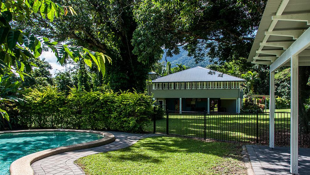 Zanzoo Retreat and swimming pool