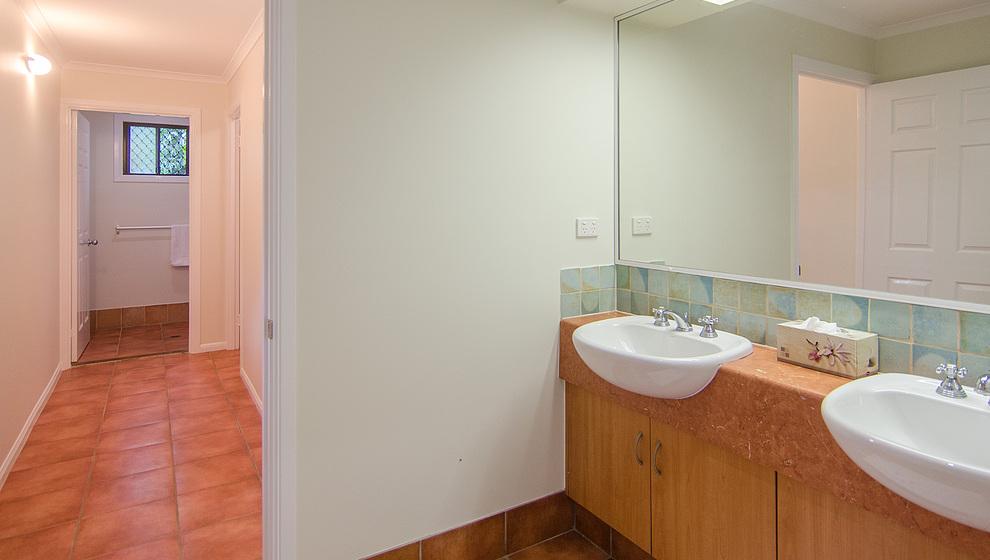Men's downstairs bathroom (2 basins, shower, 2 loos)