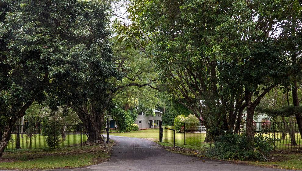 Zanzoo Retreat  driveway